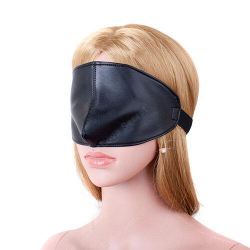 Model set forfra med lækker blindfold maske i sort