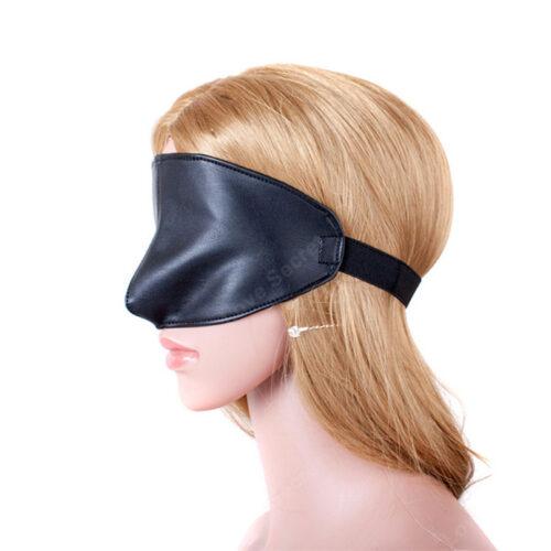 Lækker blindfold maske som også dækker næsen- vist på en model så man kan se hvor meget den dækker
