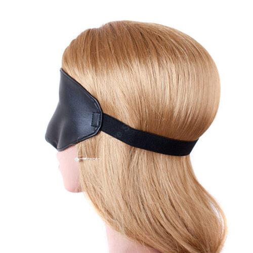 Eksempel på hvor let den holdes på plads om hovedet med elastikbånd- Sort blindfold maske